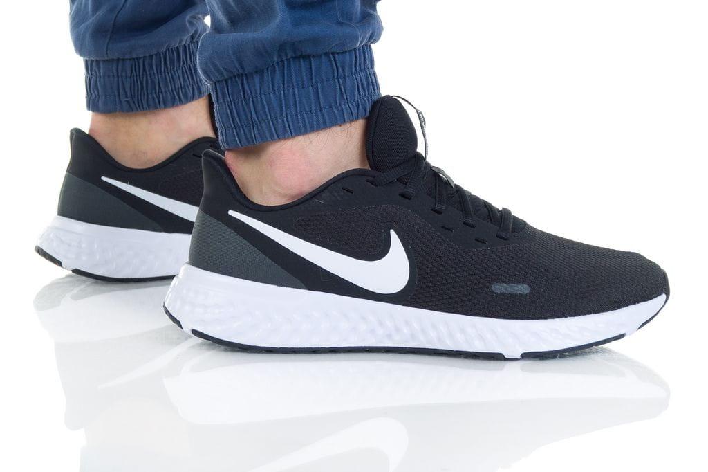נעליים נייק לגברים Nike REVOLUTION 5 - שחור/לבן